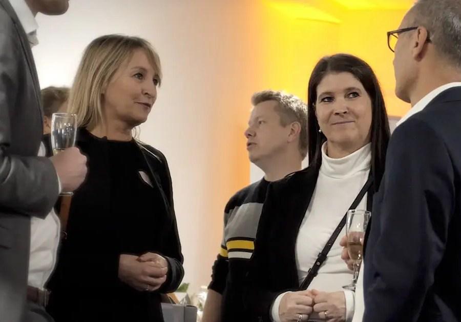 Til HR-ONs Housewarming kom kunder og venner af huset forbi og lykønskede med de nye lokaler på Odense Banegård Center. Her ses Ali E. Cevik, CEO i HR-ON, i snak med kunder.