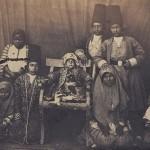 تصویری از شاهزاده، فرزندان مقامات و خدمه در دربار ناصرالین شاه در دوران زمامداری قاجار؛ کودکان سیاه در آن زمان با لقب خانزاده شناخته می شدند