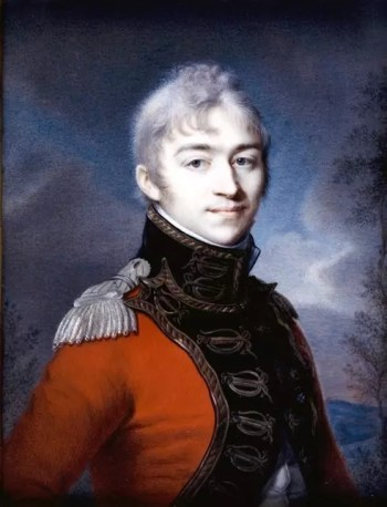 Młody mężczyzna o bardzo jasnych włosach w paradnym mundurze.