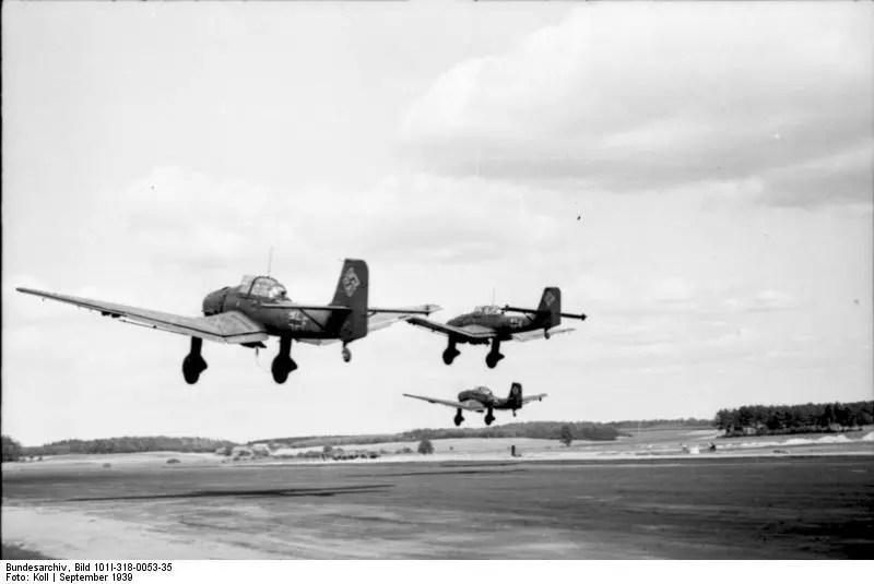 Trzy samoloty w locie tuż nad ziemią.