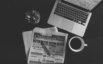 Przegląd HR - grafika z gazetą i komputerem