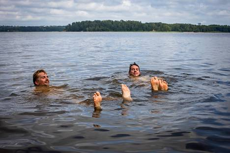 The saunas, introduced to Tob and Alex, enjoyed the ocean on a hot Thursday afternoon.