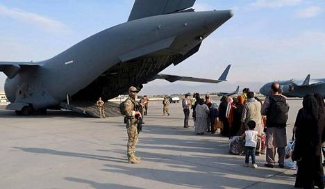 Soldiers of the Defense Forces and people to be evacuated in the Kabul Airport area of Afghanistan.
