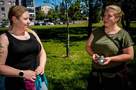 """Mia Merisalo from Tuusula (left) and Anna Holopainen from Hyvinkää had been following the election results in Central Uusimaa with excitement.  """"It was important to take care of the surroundings and nature, as well as the services of young people,"""" says Holopainen."""