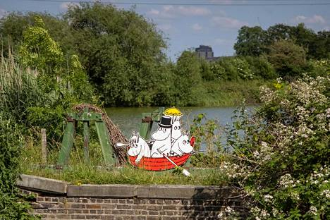 Moomin characters peek out of their boat on the Moomin trail in the nature reserve.