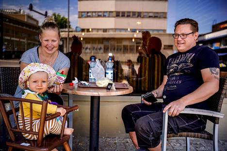 For Miia Railio and Pekka Malmi, it is important that the municipality takes care of the services of families with children, such as local schools and hobby opportunities.  Elli Railio was also present for lunch.