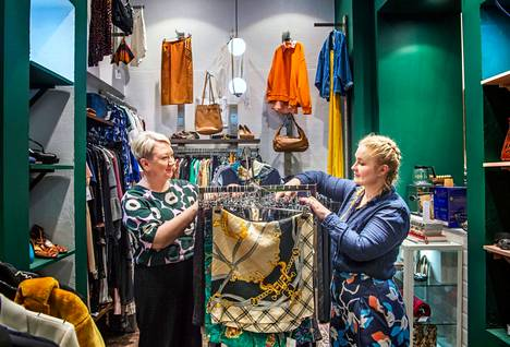 The owners of the Moody Monday store Kiia Aarnio and Isa Heinonen are satisfied, because the sledges of the new flea market have been full since the first day.