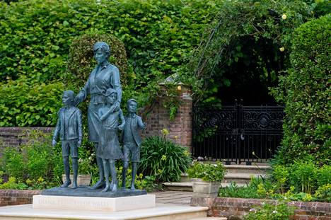 The third child of the statue is hidden at first sight.