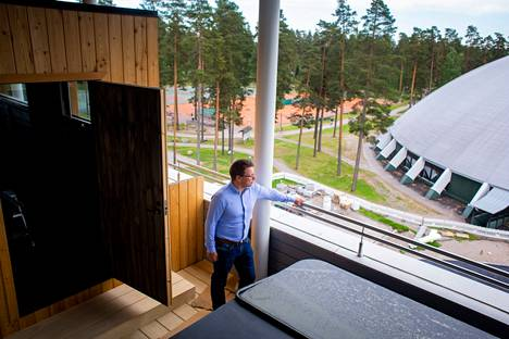 Marko Hiltunen, Chief Operating Officer of Vierumäki Sports, presents the roof terrace of Fennada Hotel, which features a sauna and jacuzzi.  The view opens onto the sports field and the renovated hall.