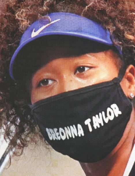 Naomi Osaka pays tribute to the memory of Breonna Taylor, who died of police violence, with her face mask.