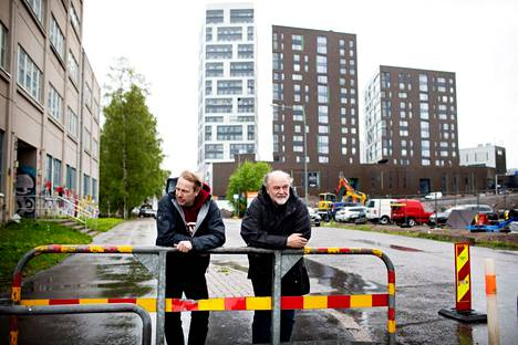 Professor Anssi Joutsiniemi from Aalto University and Professor Emeritus Matti Rautiola were photographed in Herttoniemi, next to the apartment buildings built next to the Herts shopping center.  The new tower blocks look more like hotels than residential buildings, they say.