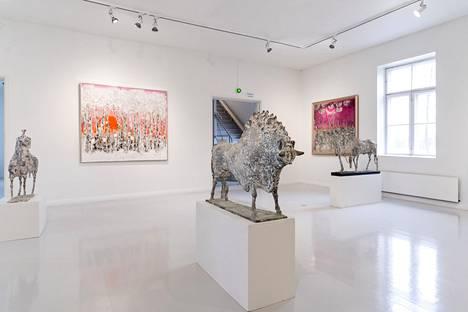 An interesting dialogue emerges between Reidar Särestöniemi's paintings and Nina Terno's bronze sculptures.