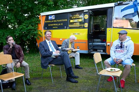 Niilo Kärki (second left) followed the election night with a calm mind.  The result auditorium was found inside the election car.