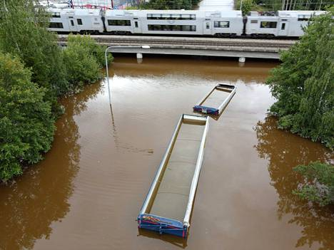 The underpass near the center of Gävle was under water on Thursday.  The roof of a vehicle combination that has come into contact with water peeks underwater.