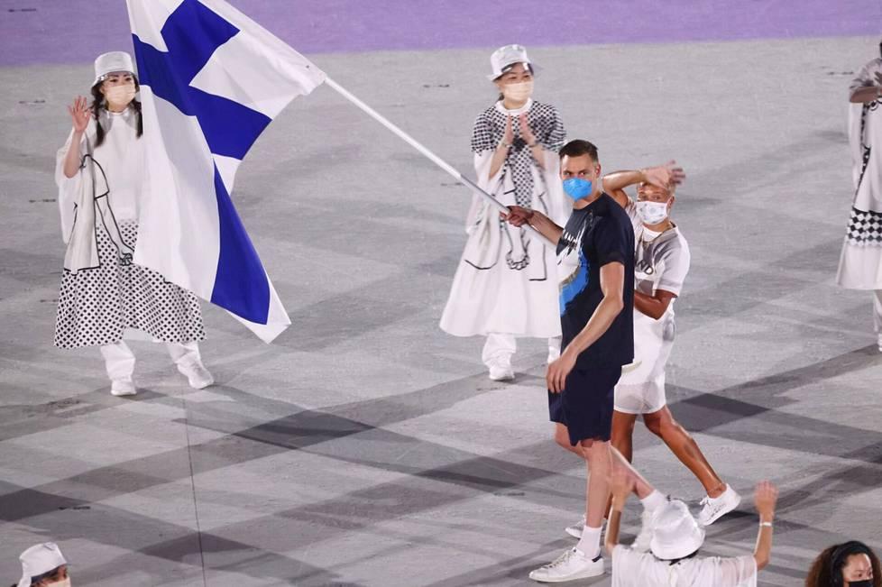 Ari-Pekka Liukkonen carried a flag with Satu Mäkelä-Nummela at the opening.