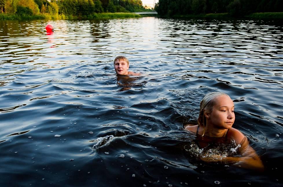 Tuomas Sahanen and Vivian Lindén are swimming with their friends.