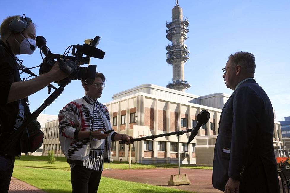 Journalist Olli-Pekka Kursi interviewed Juhana Vartiainen live.