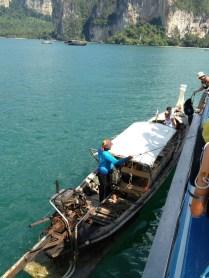 Accostage en pleine mer,..des passagers qui descende pour Raily et d'autres qui montent pour Lanta.