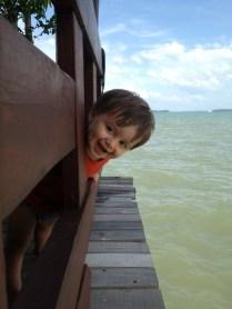 Niels tout sourire dehors;))