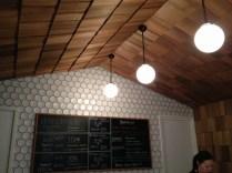 l'intérieur de la cantine avec un plafond en bois, comme à la montagne
