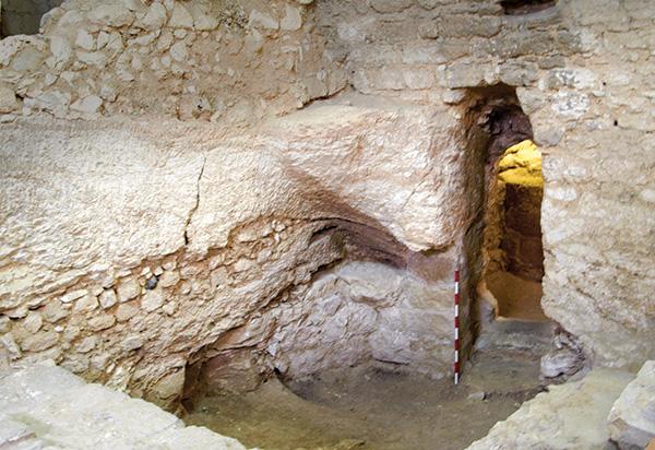 由岩石以及切割石塊構成的建築清晰可見。照片左手邊,也可以見到從原本岩層切割出來成為支持屋頂的岩塊。在門廊之前還有一塊原始的地板。