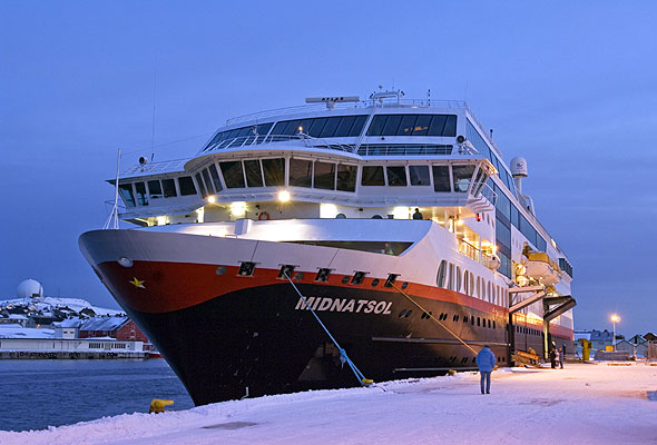 "MS ""Midnatsol"" til kai i Vardø. Fotograf: Trym Ivar Betrgsmo/Hurtigruten ASA"