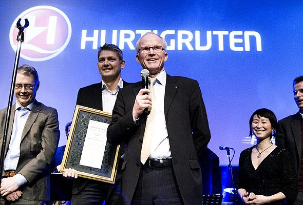 Konsernsjef Olav Fjell og medarbeidere i Hurtigruten under prisutdelingen på HSMAI-prisfesten. Fotograf: Catharina Wandrup/Knut Joner