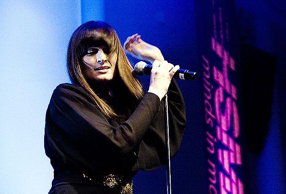 Briskeby-vokalist Lise Karlsnes i sving på scenen på HSMAI-prisfesten 2010. Fotograf: Catharina Wandrup/Knut Joner