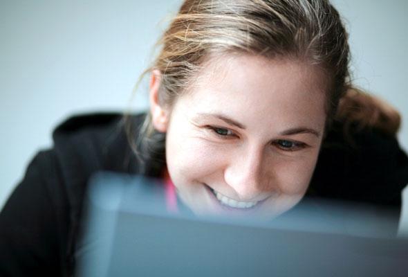Ung kvinne med laptop