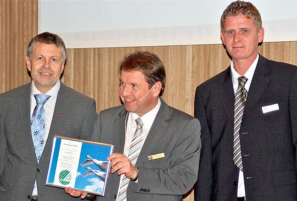 Arild Michelsen (t.v.) fra Rogaland fylkeskommune delte ut svanelisensen til adm.dir. ved Rica Airport Hotel, Magne Torgersen (midten) og hotellets tekniske sjef, Kjetil Ølberg (t.h.).