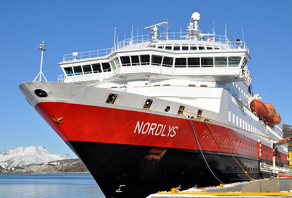 "MS ""Nordlys"" til kai. (foto fra Hurtigruten ASA)"