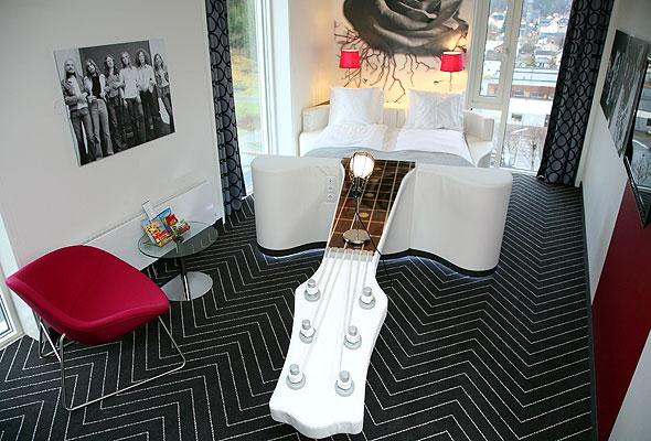 Gitarseng på ett av rommene i Rica Rock City Hotel, Namsos (foto fra Rica Hotels)