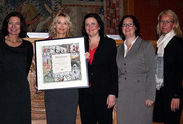 Foto: Libe Riber-Mohn, Merete Alfstad, Toril Myro, Camilla Røstad og Eva Knoph i Oslo rådhus, da Thon Hotels' hovedkontor mottok Miljøfyrtårn-sertifikatet 12. desember 2011. (Foto fra Thon Hotels)