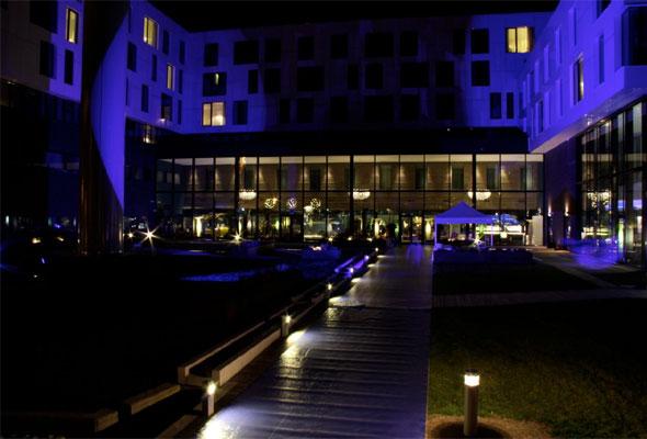 Heller ikke utendørsstemningen var det noe å si på, da Scandic Fornebu åpnet torsdag kveld. Foto fra Scandic