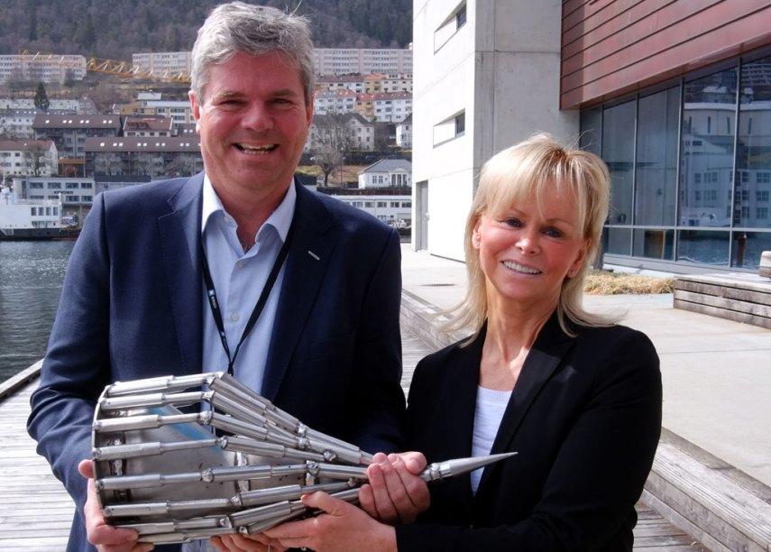 Eiendomsdirektør Nils Akselberg og Elin Bolann, administrerende direktør i Voss Fjellandsby AS, med Eiendomsprisen 2013. Foto fra Voss fjellandsby