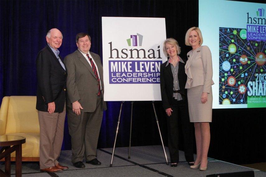 Mike Leven (t.v.) under overrekkelsen av pengegaven til HSMAI i Amerika.