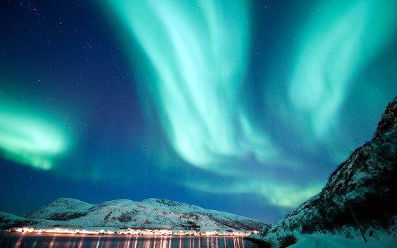Foto: Nordlys i Ersfjorden, Kvaløya. Fotograf: Gaute Bruvik - Visitnorway.com