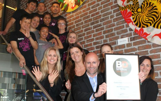 Den smilende gjengen på Comfort Hotel Grand Central er veldig stolte over å bli kåret til Business Hotel of the Year 2015 (Foto fra Nordic Choice Hotels).