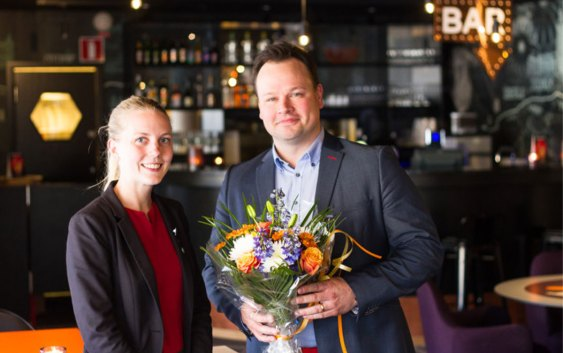 Hotelldirektør Malin Åkesson på Scandic Kungens Kurva, og Scandic Friends-medlem nummer 1,5 million, Henrik Adinger (foto fra Scandic Hotels).