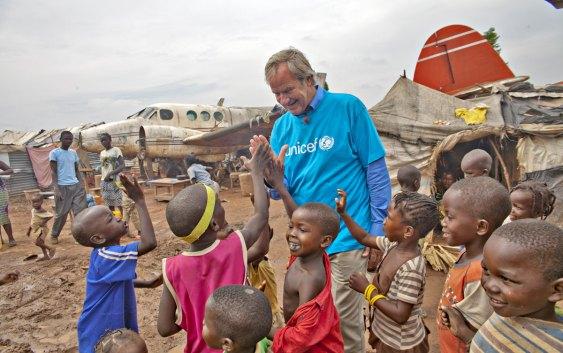 Bjørn Kjos, sammen med Unicef, i Bangui, Den sentralafrikanske republikk (foto fra Norwegian).