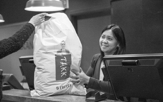 En Fretex-pose full av klær, levert i resepsjonen hos Scandic Vulkan. Foto fra Scandic Hotels