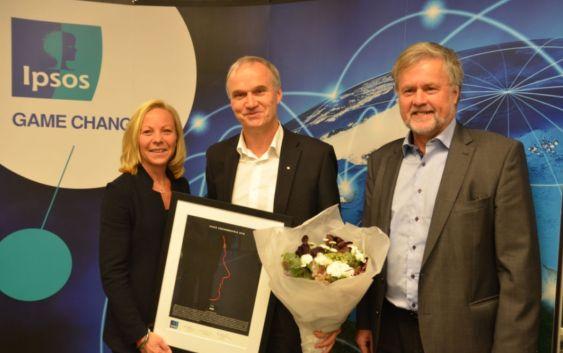 Konsernsjef Geir Isaksen mottok omdømmeprisen 2016 på vegne av NSB. Her flankert av Kristin Pran og Erik Dalen fra Ipsos. Foto fra NSB.