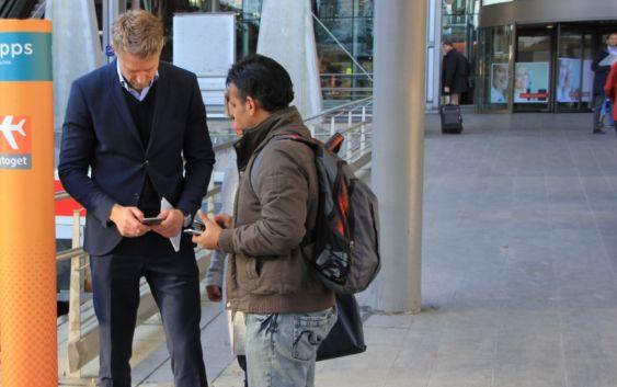 emil_eike_vippsEmil Eike, kommersiell direktør i Flytoget, viser frem den nye Vipps-teknologien til reisende. Foto fra Flytoget.