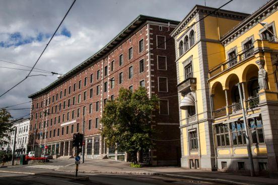 Det gule ambassadebygget blir forvandlet til en villa med 16 suiter for utleie. Fotograf: Roberto di Trani.