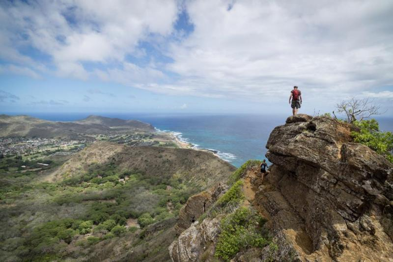 Hikers on Koko Crater rim