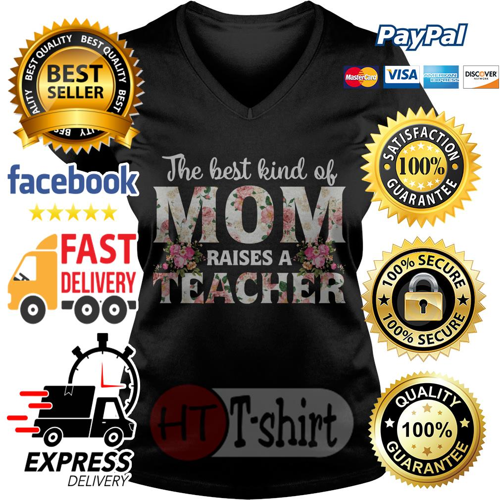 The best kind of mom raises a teacher V-neck t-shirt