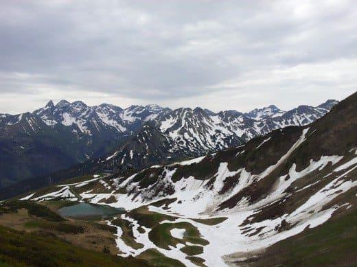 Bild von oben auf den Schlappoldsee am Fellhorn
