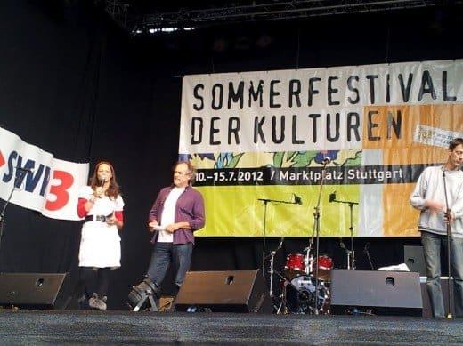 Bild von Malena und Rolf auf der Bühne bei der Vorstellung des Fördervereins des Forums