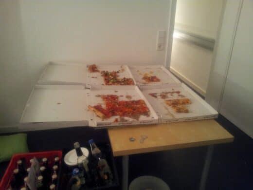 Bild von den fast leer gefutterten Familenpizzaschachteln
