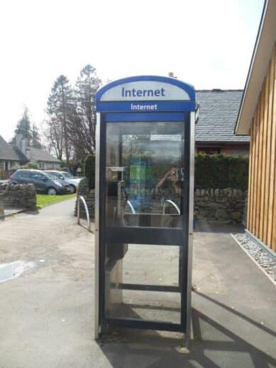 """Bild einer mit """"Internet"""" beschrifteten Telefonzelle in Schottland"""